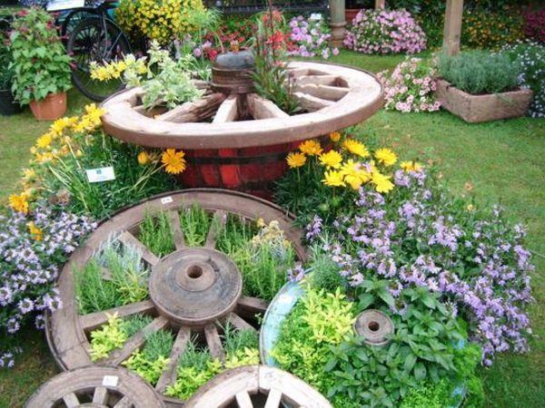 Колела от каруца в градината