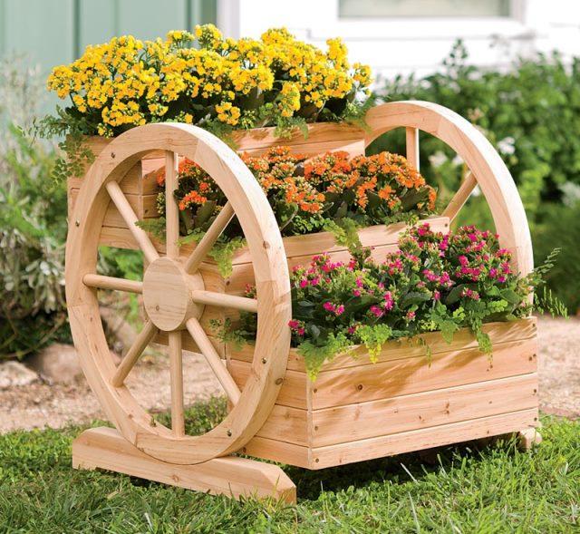 Колела от каруца за украса в градината