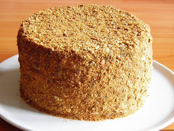 Тортата е покрита с трохи от блатовете