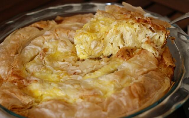 Предлагаме ви рецепта за една супер вкусна българска баница със сирене и яйца – снимки и видео