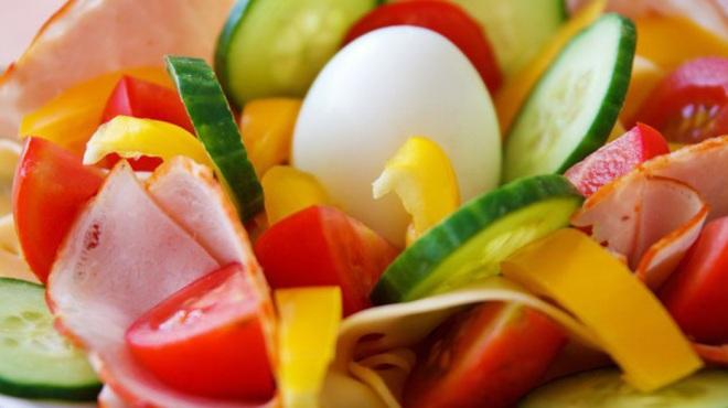 Варено яйце със салата