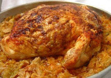 Направете си пълнено пиле върху канапе от кисело зеле по тази рецепта! Ужасно вкусно!