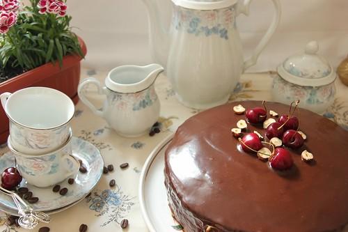 Шоколадова торта със сметанов крем и компот вишни