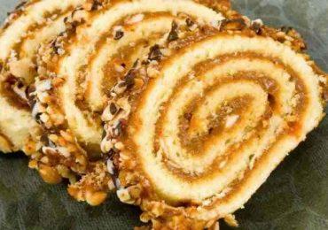 Руло с карамелен крем и ядки за украса – само вижте за какво сладко удоволствие става въпрос!