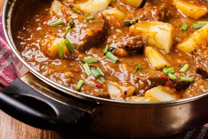 Телешко с пресни картофки в гювеч – бавно готвена яхния