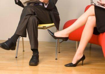 Обичате ли да седите с кръстосани крака? А това не е добре – вижте защо!