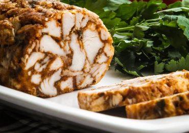 Руло мраморна мозайка от пилешко месо и ароматни подправки