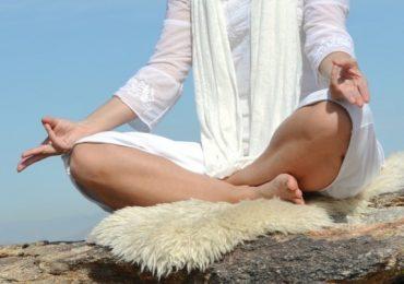 Кундалини йога упражнения за здраве на тялото и ума – вижте как става това за 12 минути!