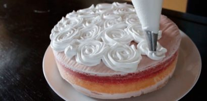 Торта-сладолед от праскови и ягоди с маслено млечен крем – фантастична лятна прелест!