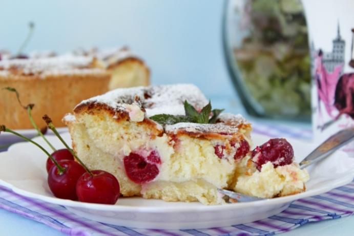 Пай с вишни – много вкусен десерт – комбинация от тесто, извара и вишни или други плодове по ваш избор