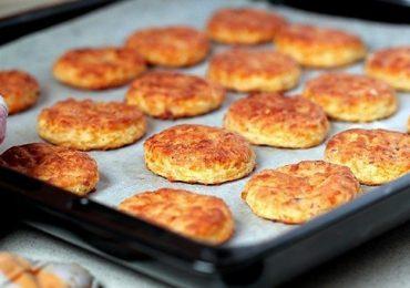 Пикантни бисквити със сирене и бекон – прекрасно мезе за бира или вино – ще ги излапат преди да се усетите