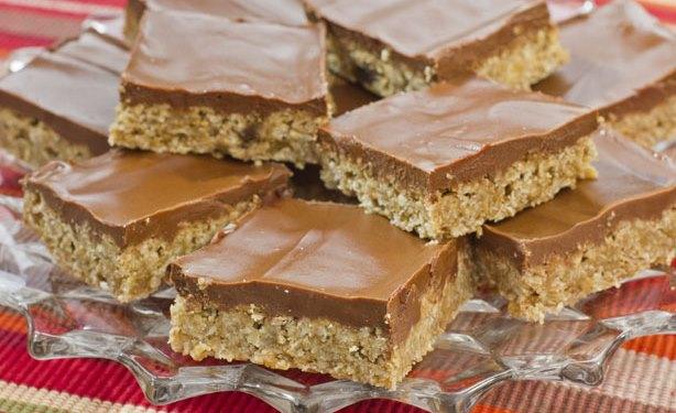 Шоколадов бар с орехи и кокосови стърготини без печене – вижте как да си го направите
